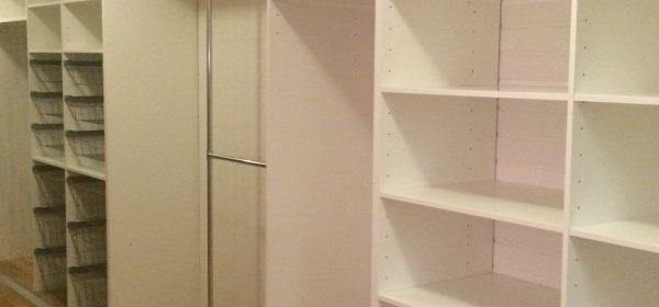 garderob hela väggens längd