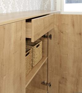En låda med tryck-och-öppna mekanismen bakom gångjärnsdörrar