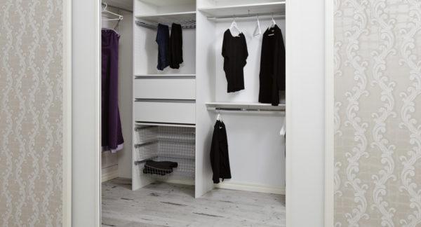 Vit walk-in-closet