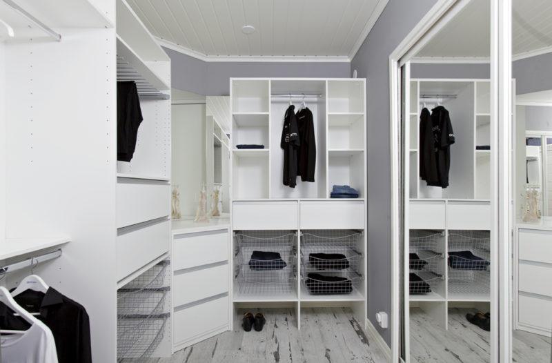 Mirror Line Walk-in closet med olika förvaringslösningar