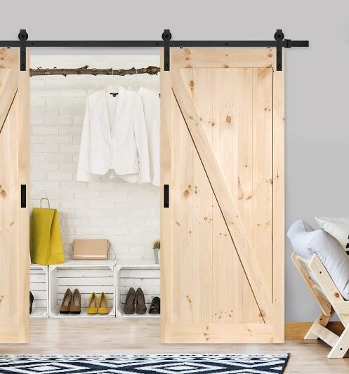 LOFT Dörr framför en klädskåp
