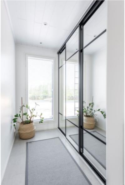 Spegelskjutdörrar med en stilig svart profil (Asuntomessut 2018 Pori, Villa Vaski)