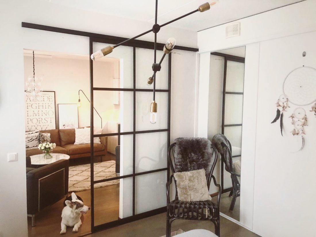 En glasvägg med mattsvarta ramar som rumsavdelare