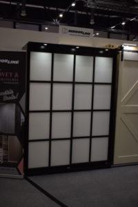 Spröjsade skjutdörrar kan också monteras till en garderob. Priset för bildens dörrar med snövit glas är 14385 kronor.