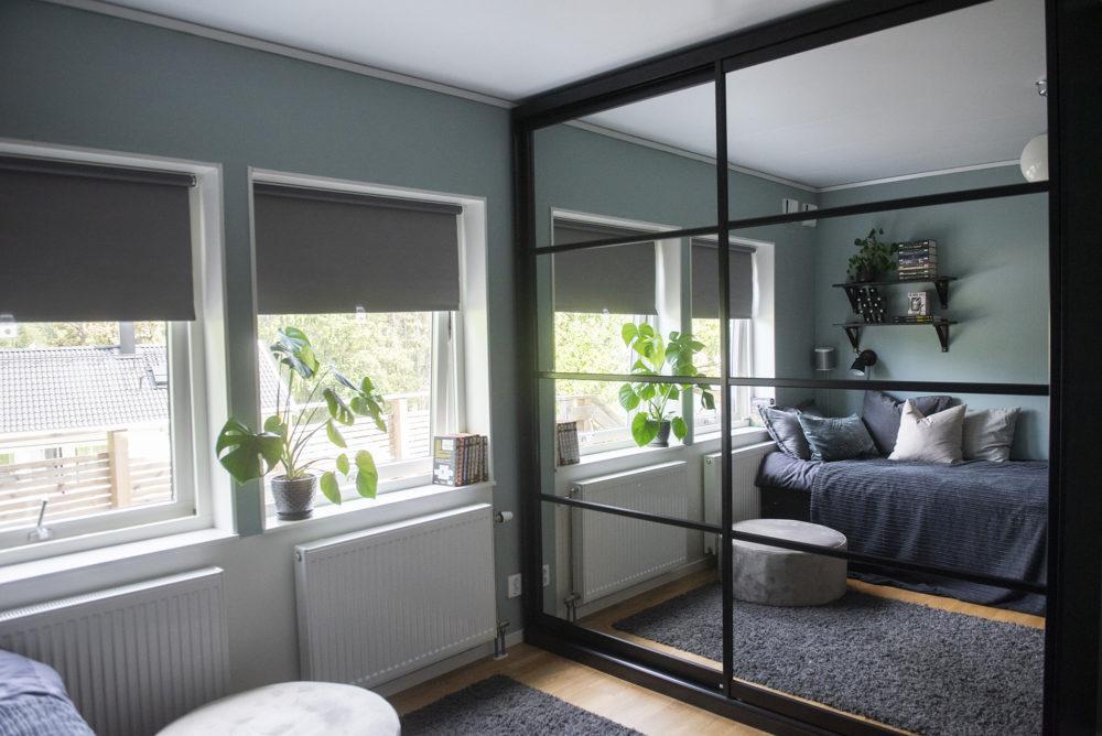 Stiliga spegelskjutdörrar med mattsvarta Classic Mini ramar