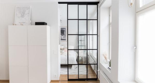 Glasvägg med två skjutdörrar. Pris: 10 300 SEK.