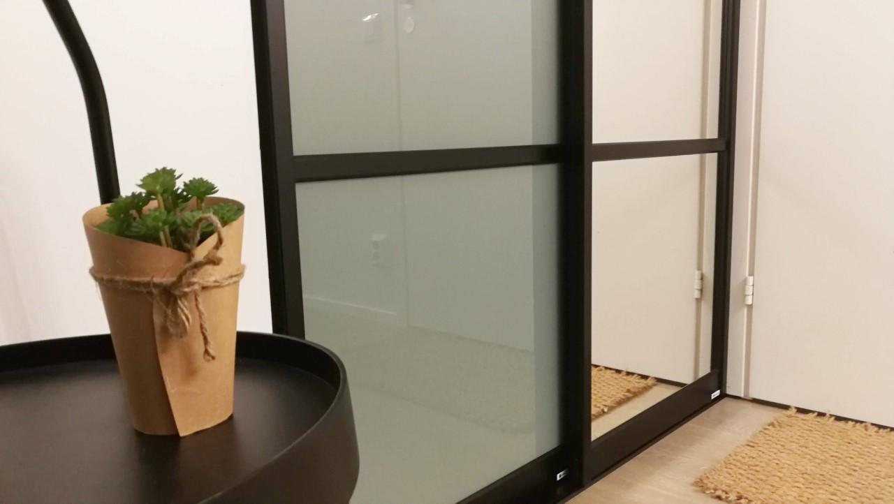 Skjutdörrar med salviagrönt glas och klar spegel