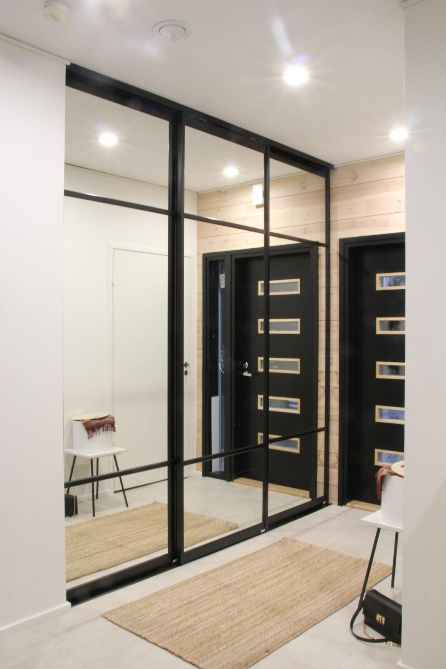Spegelskjutdörrar med svarta ramar