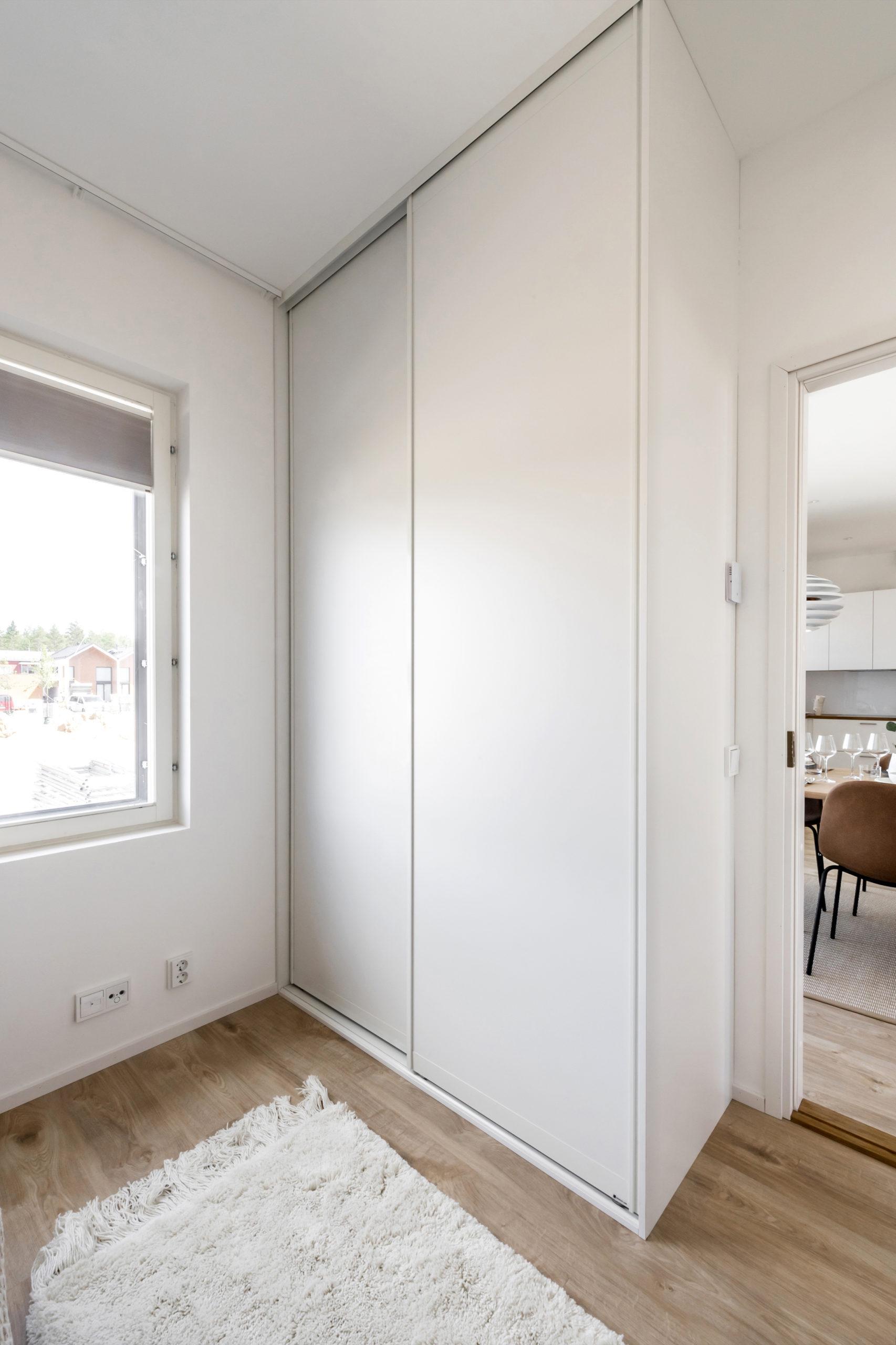 Skjutdörrarna i gästrummet är designade med Twin aluminiumramar. Garderobens storlek 150cm x 275 cm. Priset på helheten 14 269 SEK.