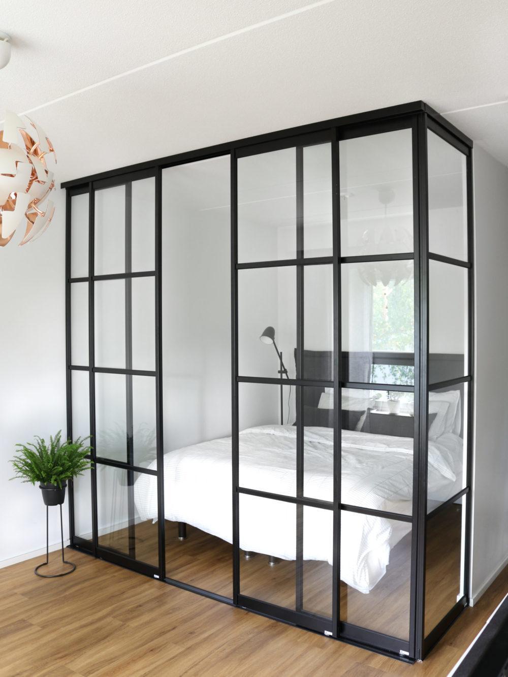 Glasvägg med svarta ramar