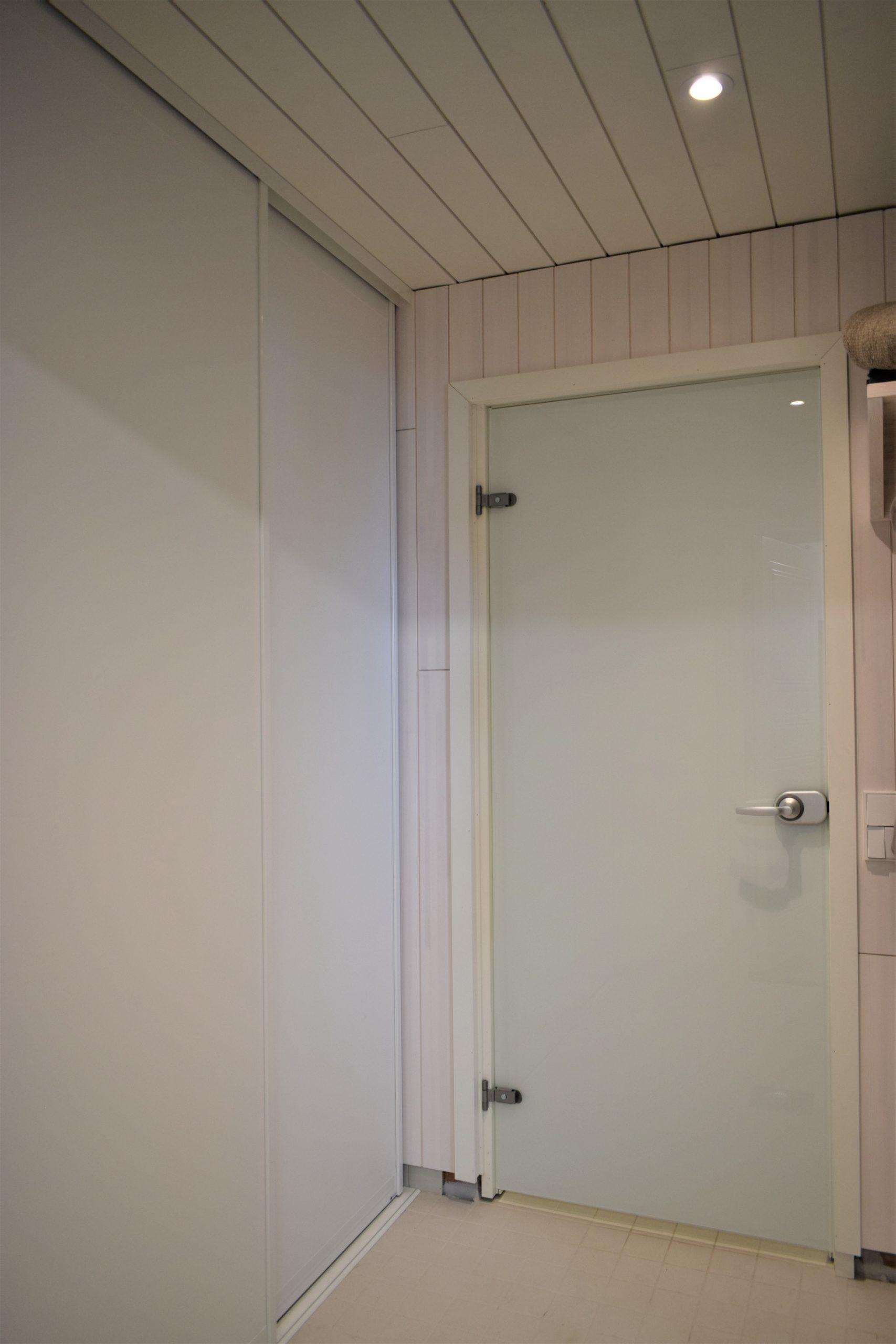 3 dörrar. Dörramar Classic Mini i vitt. Skjutdörrarnas bredd är cirka 74 cm och öppningens höjd är 240 cm. Priset för en motsvarande lösning är 11 211 SEK.